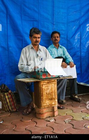 Schreibkraft Rechtsdokument auf Schreibmaschine auf Fußweg außerhalb Stadt Zivilgericht für Kunden zu tippen; Mumbai - Stockfoto