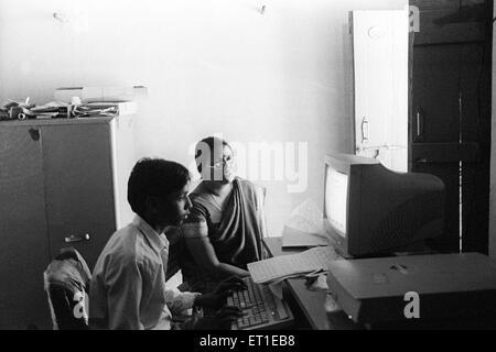 Jungen Lerncomputer; Indien nicht Herr - Stockfoto