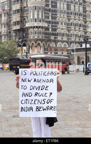 Demonstrant Banner Taj Mahal Hotel; nach dem Terroranschlag von Deccan Mudschaheddin am 26. November 2008 in Bombay - Stockfoto
