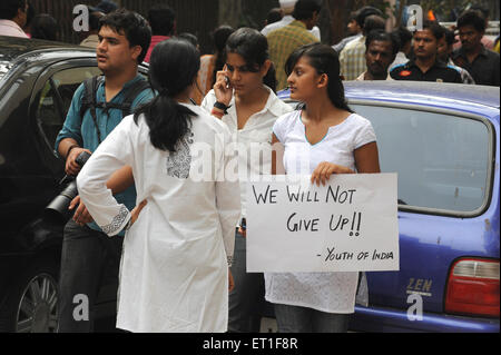 Demonstranten mit Banner vor dem Taj Mahal Hotel; nach dem Terroranschlag von Deccan Mudschaheddin am 26. November - Stockfoto