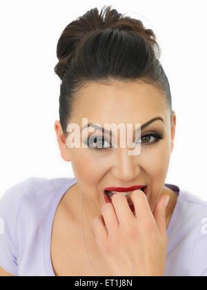 Porträt einer schönen jungen nervös Hispanic Frau beißen Sie ihre Nägel In Angst vor einem weißen Hintergrund - Stockfoto