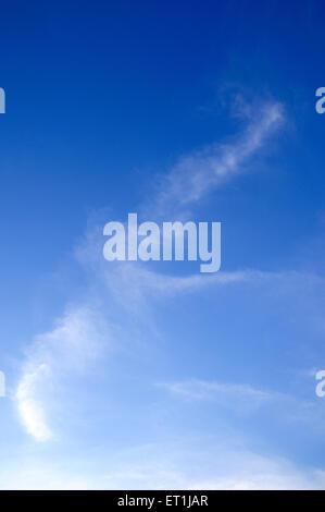 Weiße Wolkenbildung gegen blauen Himmel; 4. Juni 2008 - Stockfoto