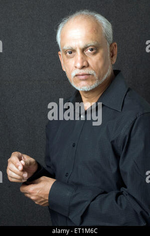 Alter Mann im schwarzen Hemd voll und knöpfte Manschetten - Model Release # 686 P - Stockfoto