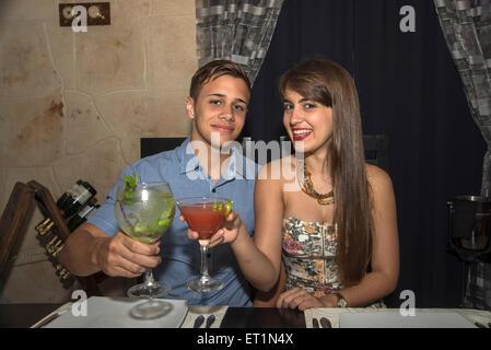 Glückliches junges Paar zusammen trinken im restaurant - Stockfoto