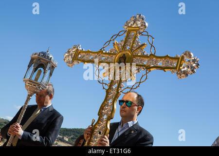 Kruzifix, durchgeführt an der Spitze der Fronleichnams-Prozession von der Iglesia Santa Maria De La Alhambra in - Stockfoto