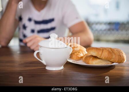 Mann sitzt am Frühstückstisch, München, Bayern, Deutschland - Stockfoto