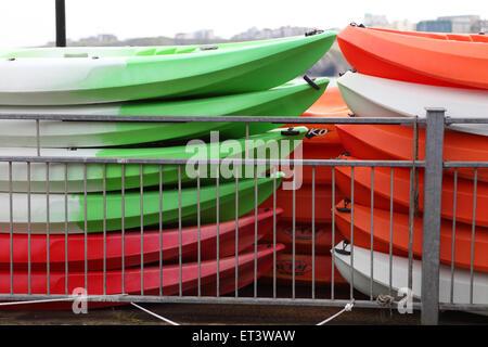 Kanus, stapeln sich bereit für die kommenden Touristen am Hafen Newquay Cornwall - Stockfoto