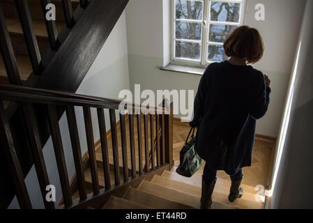 allt gliche szene einer lteren frau die wenige treppen halten auf einem h lzernen gel nder. Black Bedroom Furniture Sets. Home Design Ideas