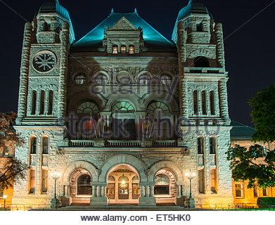 Queens Park Gebäude Sitz des Ontario Legislative Building mit schönen Nachtbeleuchtung.   Die Ontario Legislative - Stockfoto