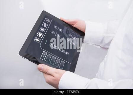 Man Betrieb digital-Tablette in Office, München, Bayern, Deutschland - Stockfoto