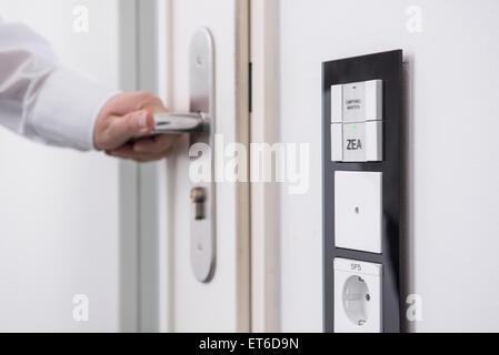 Hand des Mannes, die Tür geschützt mit der zentrale, München, Bayern, Deutschland - Stockfoto