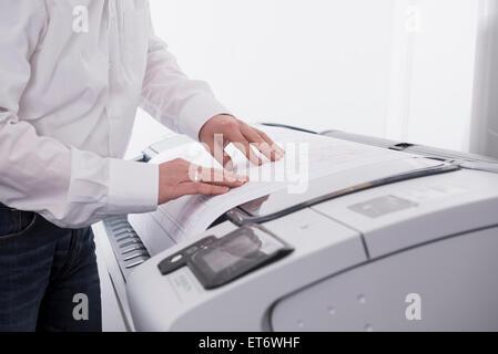 Mann mit Kopierer in Office, München, Bayern, Deutschland - Stockfoto