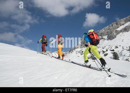 Skibergsteiger Klettern auf verschneiten Bergen, Tirol, Österreich - Stockfoto