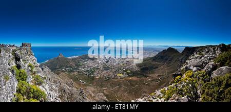 Luftaufnahme der Stadt gegen blauen Himmel, Cape Town, Südafrika - Stockfoto