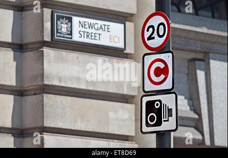 London, England, Vereinigtes Königreich. Verkehrsschilder im Newgate Street - 20 km/h-Grenze; Mautzone; Speed-Kameras. - Stockfoto
