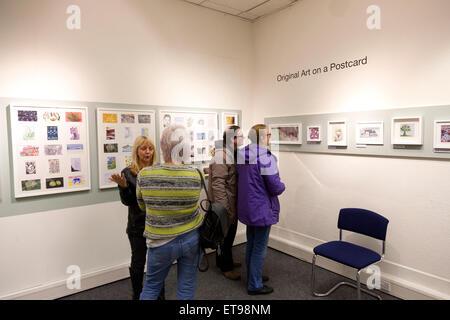Ausstellung der Postkarte Kunst für einen guten Zweck bei Dean Clough, Halifax, West Yorkshire - Stockfoto
