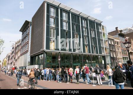 Menschen warten in der Schlange für Anne frank Haus in Amsterdam auf sonnigen Frühlingstag - Stockfoto