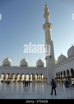 ABU DHABI, Vereinigte Arabische Emirate - 1. Januar 2012: Ansicht der Scheich-Zayid-Moschee am 1. Januar 2012, Abu - Stockfoto