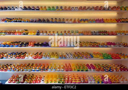 Eine Darstellung der kleine Plastikenten für Verkauf in die Ente laden am Oude Leliestraat in Amsterdam, Holland. - Stockfoto