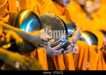 Asien. Thailand, Chiang Mai. Junge buddhistische Mönche in ihren Morgen Prozession für Angebote von Lebensmitteln - Stockfoto