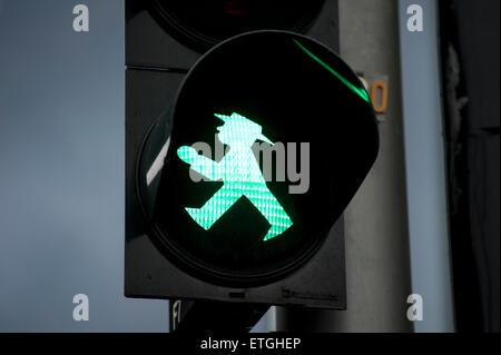 Ostdeutschen Ampelmaennchen, grüne Ampel für Fußgänger für Go, Relikt der ehemaligen DDR-Zeiten in Ost-Berlin Deutschland - Stockfoto