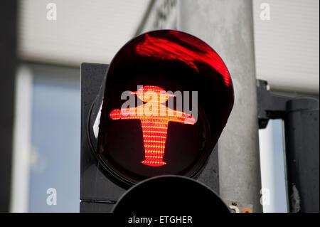 Ostdeutschen Ampelmaennchen, rote Ampel für Fußgänger zu stoppen, Relikt der ehemaligen DDR-Zeiten in Ost-Berlin - Stockfoto
