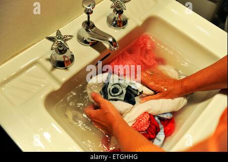 keramische badezimmer waschbecken isolierten auf wei en. Black Bedroom Furniture Sets. Home Design Ideas