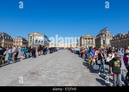 """An das Schloss von Versailles, Paris, Frankreich Schlangestehen für die irreführende """"No-Queue Zugang"""" Eingang für - Stockfoto"""