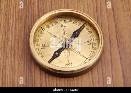 Nahaufnahme des alten gerichtete Kompass auf einem Holztisch - Stockfoto