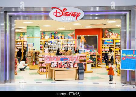 292de6429e Japan, Nishinomiya. Shopping-Mall. Disney Store, gesehen vom Eingang in  einige