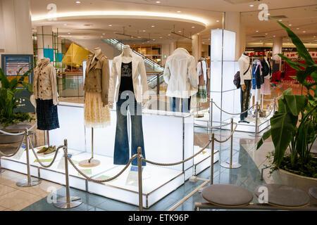 05fc48cb31 Japan, Nishinomiya. Shopping-Mall, Interieur. Modische Anzeige auf  Display-Ständer