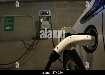 Elektro-Autoparkplatz Ladestation Cincinnati Ohio - Stockfoto