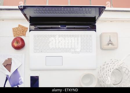 moderne Stillleben mit Arbeitsplatz mit Computergerät, Zeug und einige Snack, Lifestyle-Konzept - Stockfoto