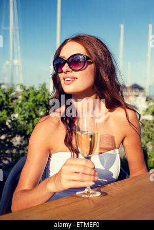 lächelnde paar im Café Champagner trinken - Stockfoto