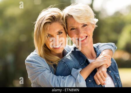Porträt von Mutter und Tochter umarmt hautnah - Stockfoto