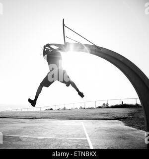 Junger Mann schießen Reifen in einem Park, Los Angeles, Kalifornien, USA - Stockfoto