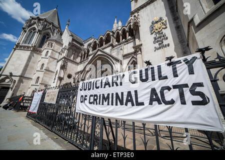 London, UK. 15. Juni 2015. Kampagne für Wahrheit & Gerechtigkeit Protest außerhalb der Royal Courts of Justice auf - Stockfoto