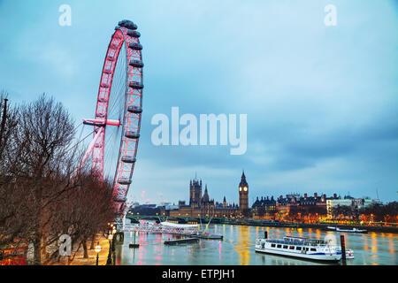 LONDON - APRIL 5: Überblick über London mit Coca-Cola London Eye auf 5. April 2015 in London, Vereinigtes Königreich. - Stockfoto