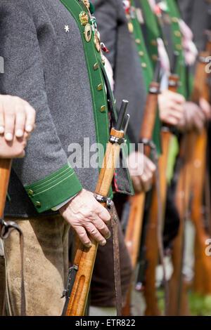 Tiroler schützen mit traditioneller Kleidung und Waffen, Österreich, Tirol, Ehrwald - Stockfoto