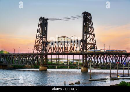 Blick auf die Stahl-Brücke in der Abenddämmerung in Portland, Oregon - Stockfoto