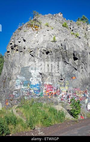 Eine Felswand in den Oregon Cascade Mountains, die Menschen mit Graffiti bedeckt haben. - Stockfoto
