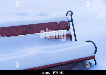 Eingefroren und Schnee bedeckten Bank in einem Park. Neuschnee und niemand um ihn herum - Stockfoto