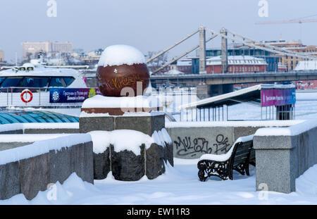 Schneebedeckte Puschkin Damm des Moskauer Gorki-Park. Ganzjahres Navigation Freizeit Boot und Krim-Brücke im Hintergrund - Stockfoto