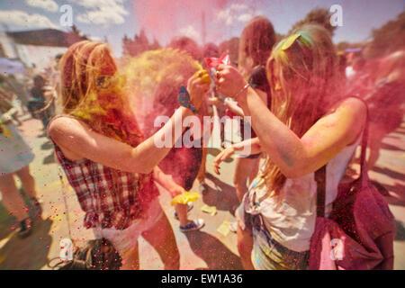 KALININGRAD, Russland - 12. Juni 2015: Menschen mit aufgemalten Gesichtern während das Holi-Fest der Farben - Stockfoto