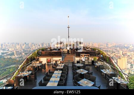 Bangkok, Thailand - April 15,2015: Bangkok bei Sonnenuntergang betrachtet aus einer Bar auf dem Dach - Stockfoto