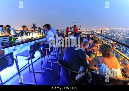 Bangkok, Thailand - April 15,2015: Bangkok bei Nacht gesehen von einer Bar auf dem Dach - Stockfoto