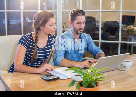 Partner arbeiten am Schreibtisch mit laptop - Stockfoto