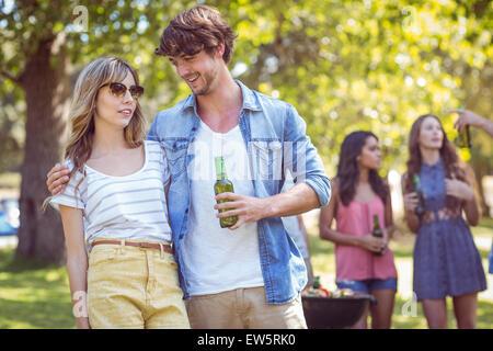 Glückliche Freunde im Park Grillfest - Stockfoto