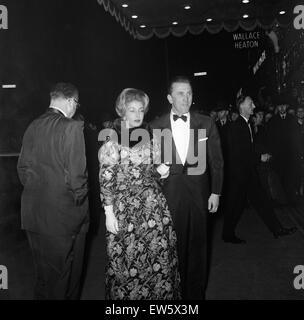 """Kirk Douglas und seine Frau Anne besuchen die Premiere von """"Spartacus"""" in der Metropole Kino, Victoria statt. 7. - Stockfoto"""