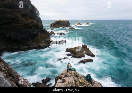 Fischern, die auf den Klippen von Bordeira in der Algarve in Portugal. - Stockfoto